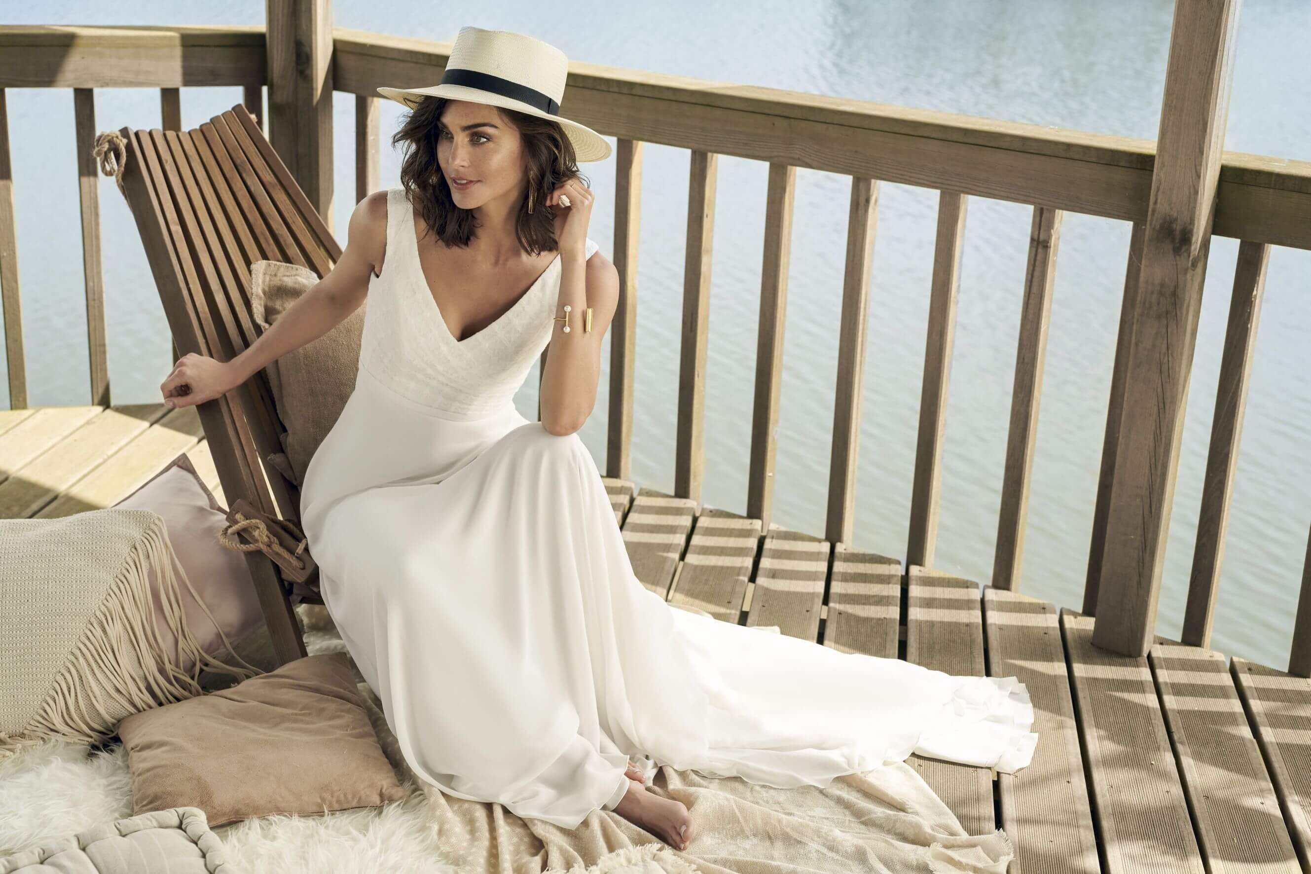 Braut mit schlichtem Kleid und Hut