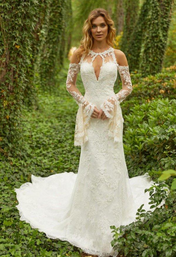 Braut im Hippie-Kleid im Wald