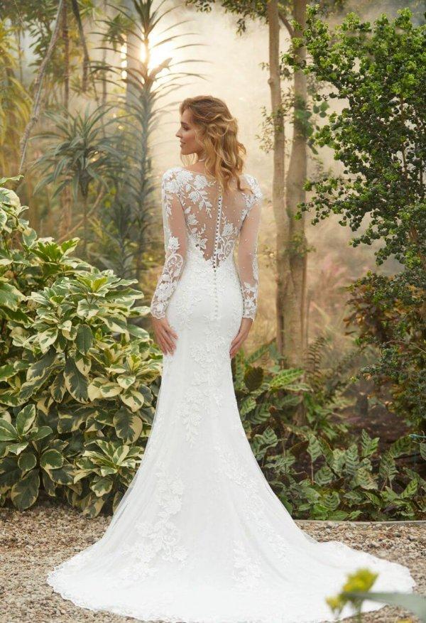 Braut von Hinten mit transparentem Rücken und Spitzenverzierungen