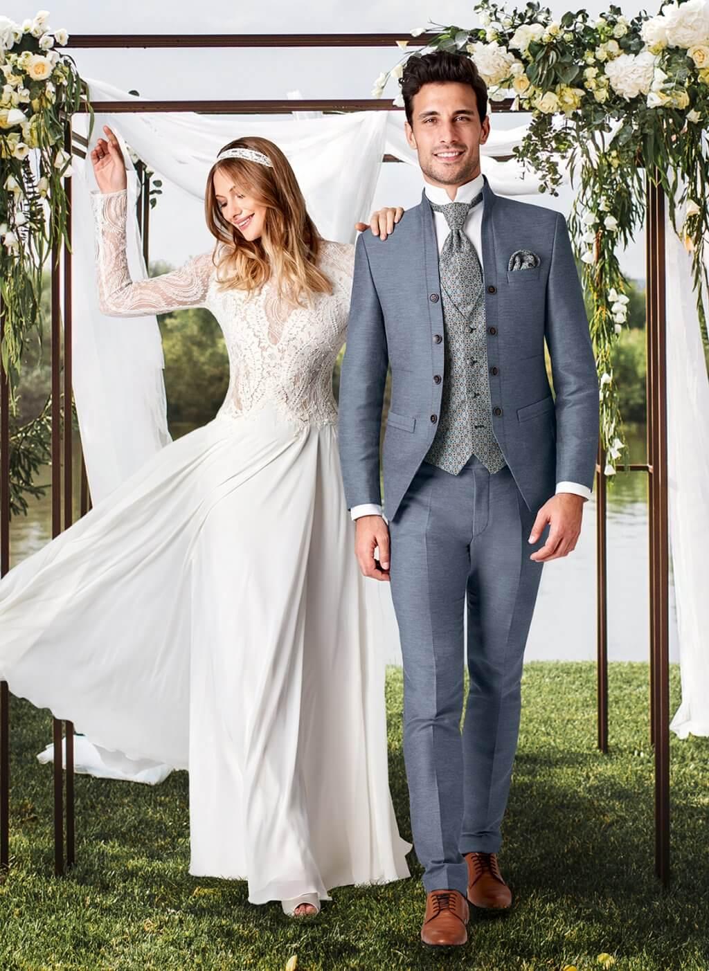 Braut tanzend neben Bräutigam im blauen Anzug