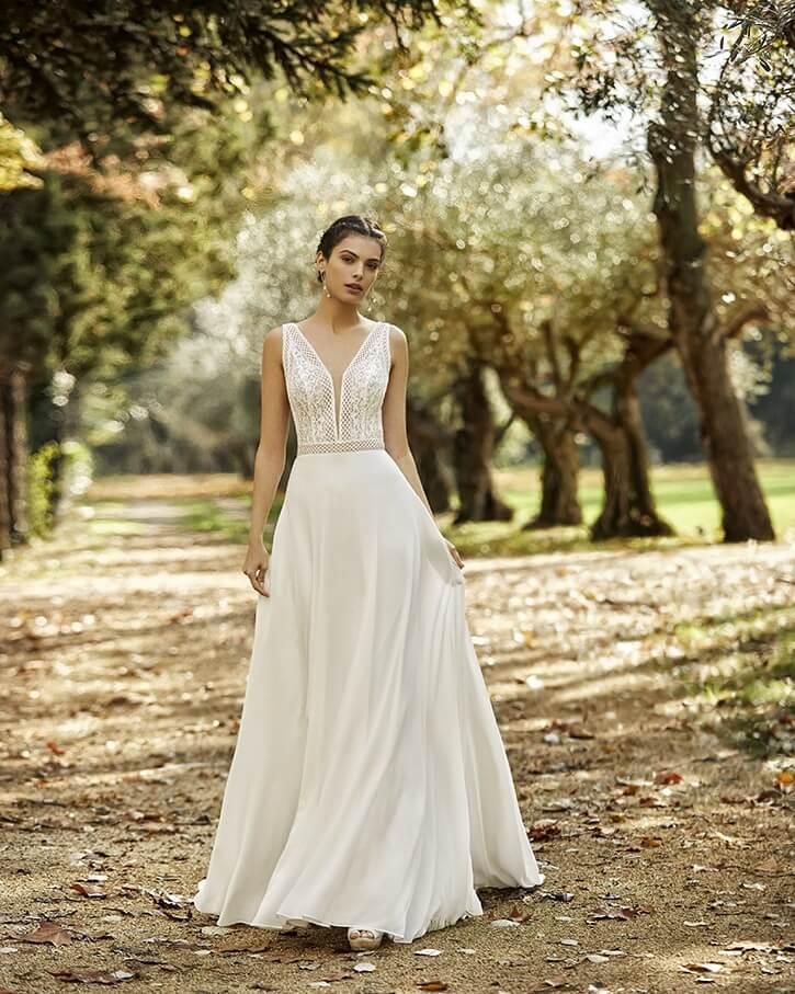 Braut auf Sandweg in einer Allee