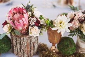 Tischdekoration Gartenhochzeit aus Blumen und Holz