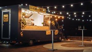 Foodtruck mit Lichterketten beleuchtet