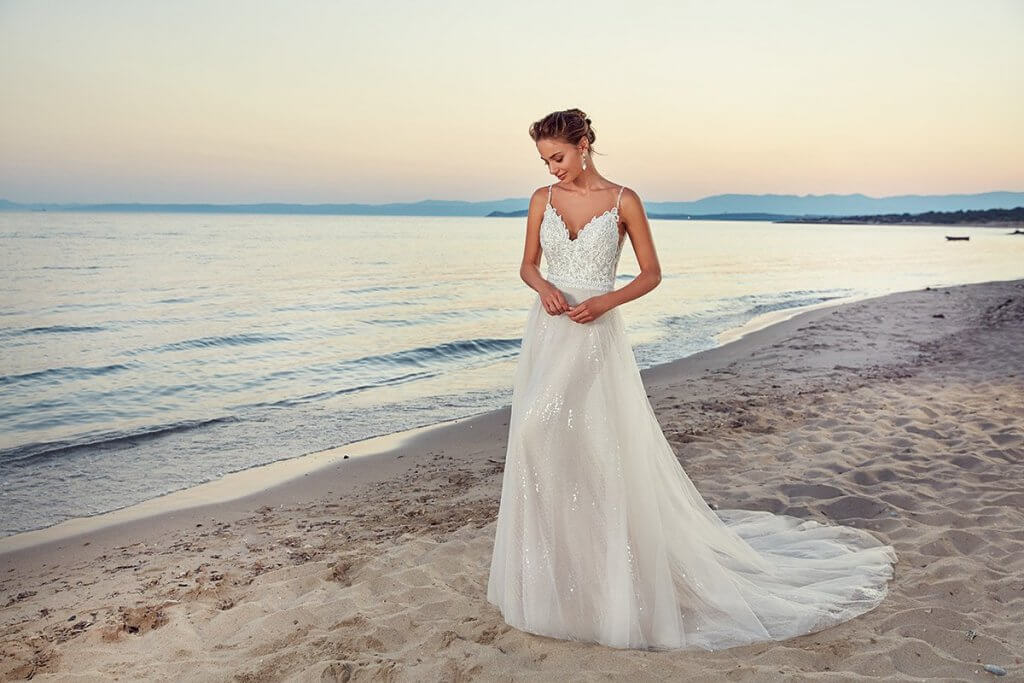 Braut im Fit and Flair Kleid am Strand