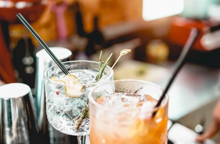 Cocktails mit Garnitur