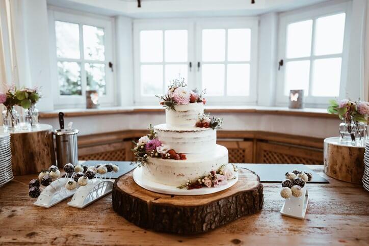Kleine Hochzeitstorte auf Baumscheibe