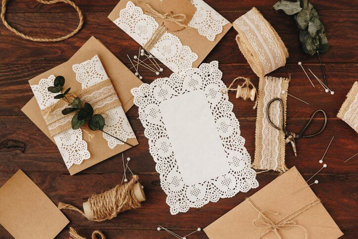 Utensilien zum Basteln von Hochzeitseinladungen