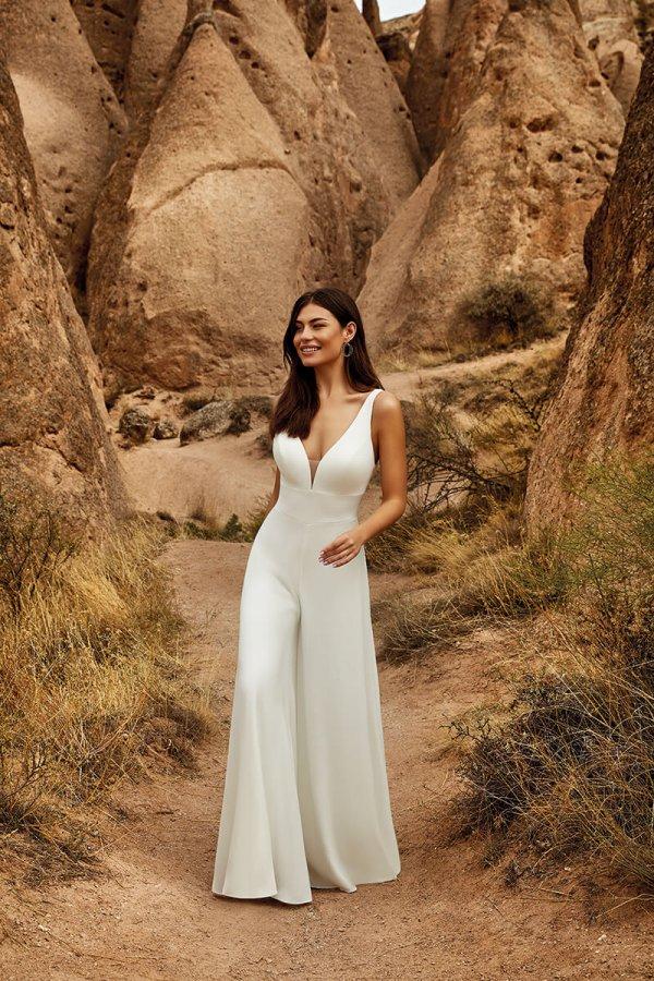 Braut in schlichtem Jumpsuit in weiß