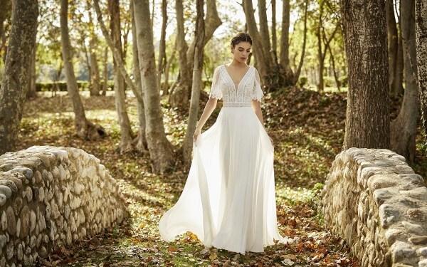Braut im Wald auf einer Brücke