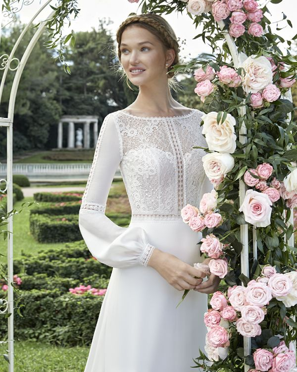 Braut unter einem Rosenbogen