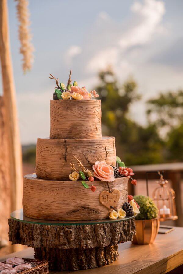 Hochzeitstorte in der Optik eines Holzstammes