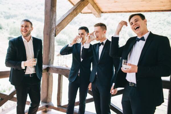 Vier sich amüsierende Männer in Anzügen