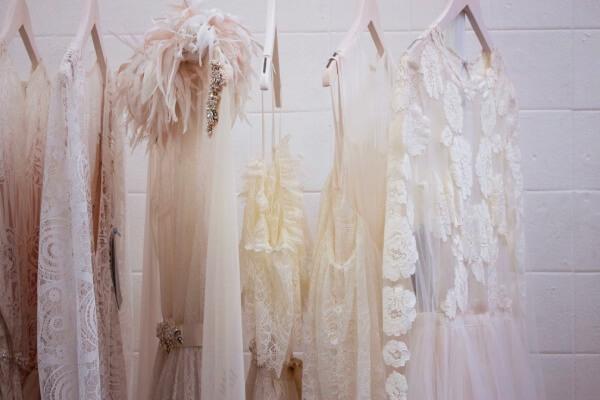 Standesamt-Kleider auf Kleiderstange