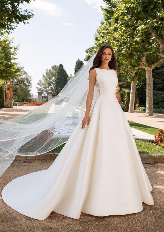 Schlichtes Brautkleid mit Schleier
