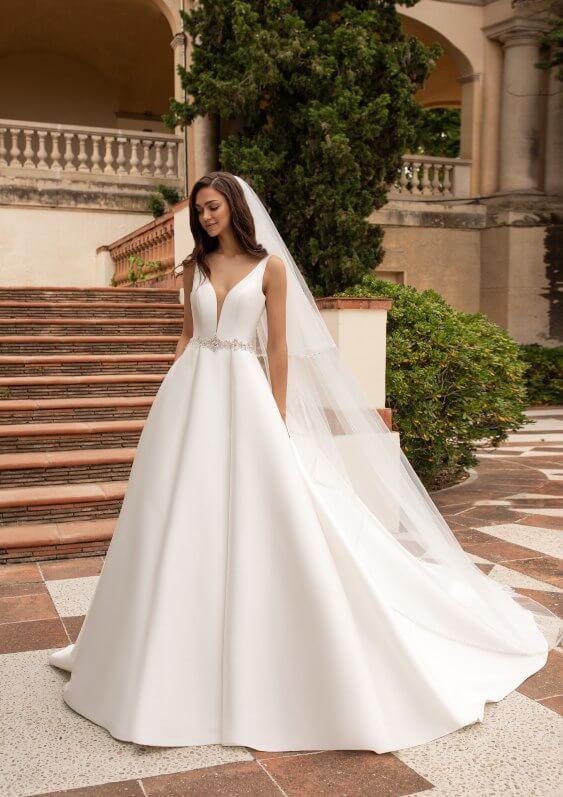 Schlichtes Brautkleid mit tiefem Ausschnitt