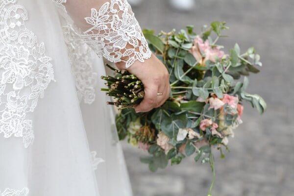 Curvy Braut mit langen Ärmeln